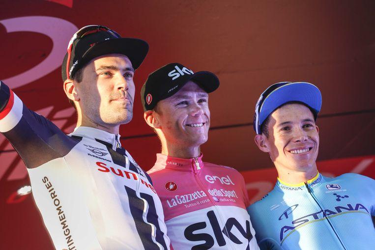 Ook in de Giro moest Tom Dumoulin (l.) met Chris Froome (m.) iemand van de Sky-ploeg laten voorgaan. Beeld ANP