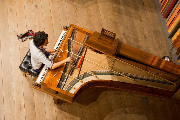Een stemmer aan het werk bij Piano's Maene in Ruiselede