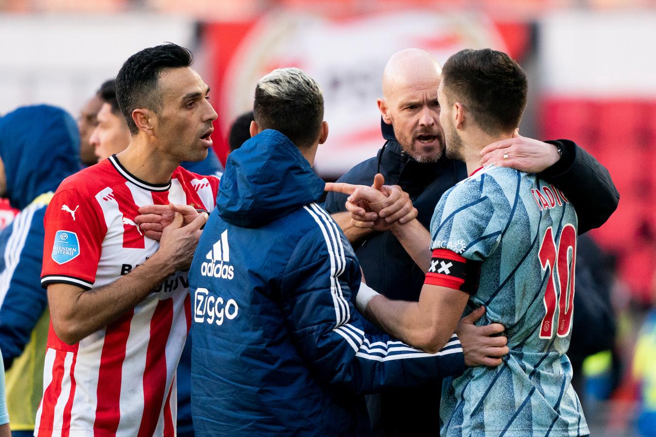 Erik ten Hag houdt zijn aanvoerder Dusan Tadic in bedwang.