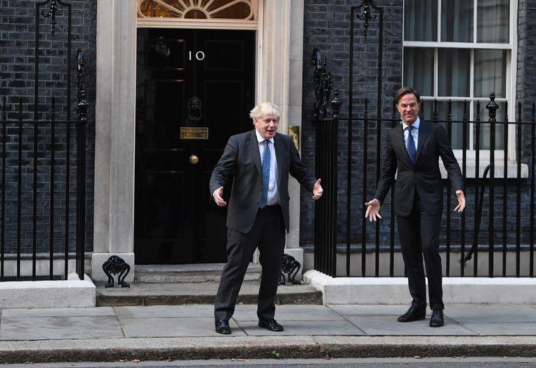 Premier Boris Johnson (links) begroet vrijdag 17 september zijn collega-premier Mark Rutte voor de deur van zijn ambtswoning in Downing Street in London. Beeld Neil Hall / EPA