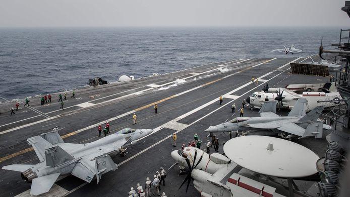 Amerikaanse jets op de USS George Washington.