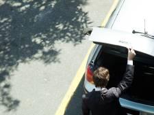 Man slaat in op 'rivaal' en stopt hem in de kofferbak na twist om naaktfoto's