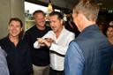 Nikos Machlas (wit shirt) haalt herinneringen op in Nederland. Met Louis Laros (links), John van den Brom en Michel Kreek (op de rug). Ze ontmoeten elkaar bij het eerbetoon van Vitesse na het overlijden van Dejan Curovic.