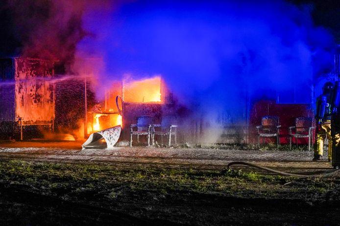 De brandweer was met een tankautospuit en waterwagen ter plaatse.
