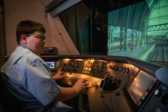 Stijn bestuurt de trein in een simulator