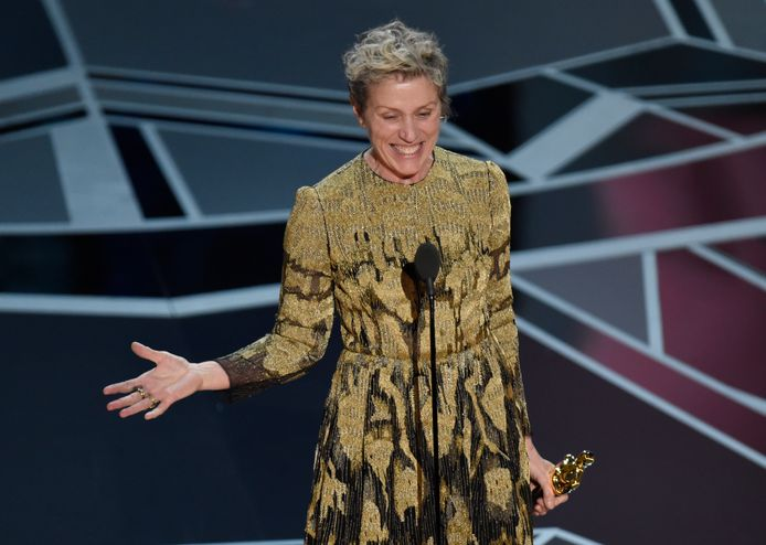 Frances McDormand neemt haar Oscar in ontvangst.