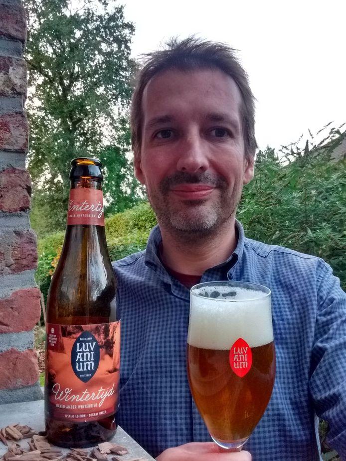 Bart Luts met het nieuwe bier voor het tienjarig jubileum van Wintertijd.