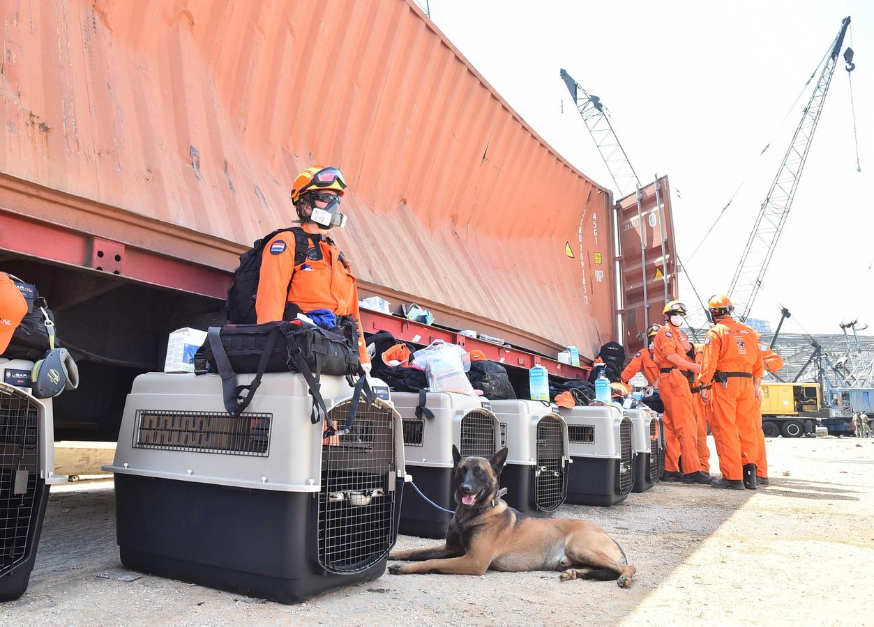 Leden van het Urban Search and Rescue team in de haven van Beiroet