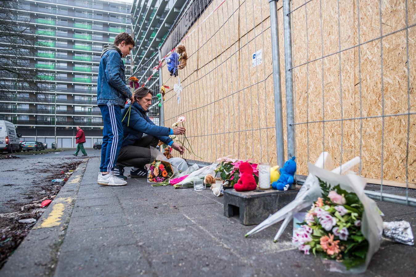 Bloemen, knuffels en kaarsen bij de flat aan het Gelderseplein in Arnhem, waar een fataal vuurwerkongeluk gebeurde