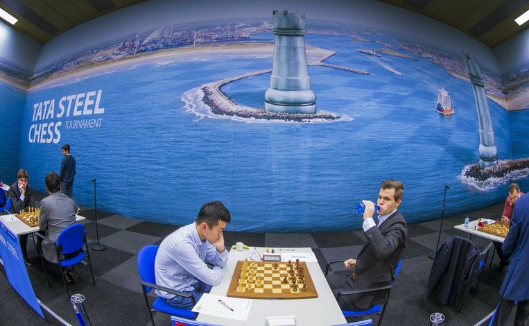 Magnus Carlsen uit Noorwegen (R) tegem Liren Ding uit China. Het is de eerste ronde van de 81ste editie  van het Tata Steel Chess Tournament. Beeld EPA