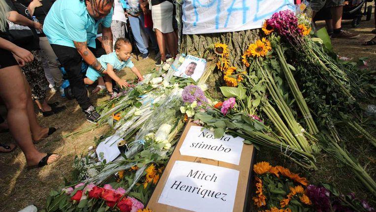 Deelnemers aan de stille tocht voor Mitch Henriquez, waaronder zijn neef Django Dijkhoff (foto), leggen bloemen en spandoeken neer in het Zuiderpark, dichtbij de plek waar de Arubaan vorige week stikte toen agenten hem arresteerden. Nabestaanden van Henriquez organiseerden de tocht. Beeld anp