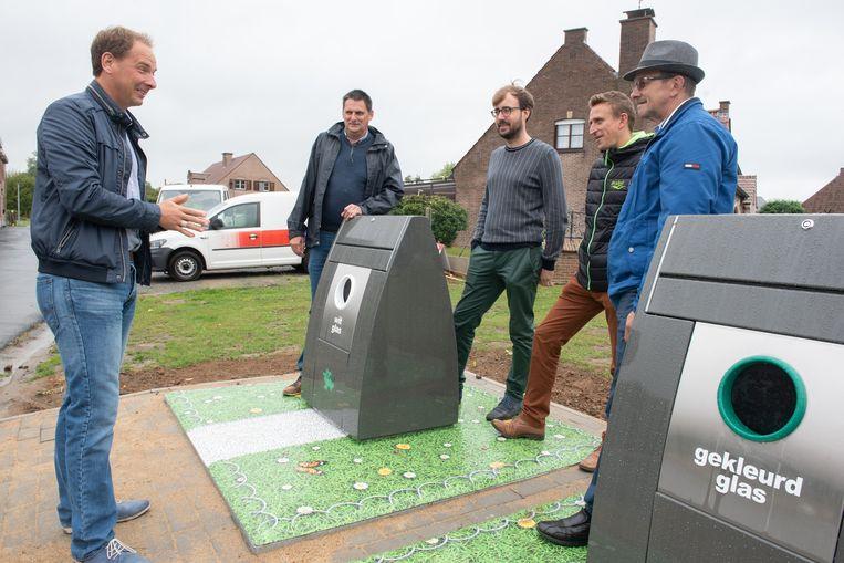 De nieuwe containers - met kleurrijke bodemplaat - aan de Herman Decoenestraat werden donderdag voorgesteld.