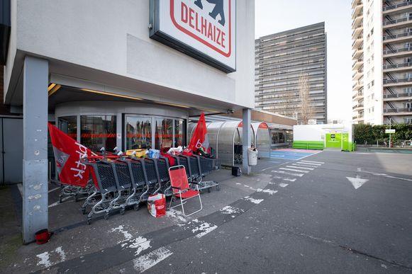 MECHELEN Staking bij Dehaize waar de deur geblokkeerd werd met winkelkarretjes