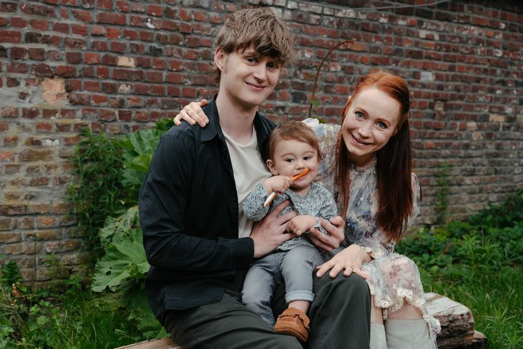 Geneviève met haar zonen JefRaven (21) en Clovis (bijna 1 jaar). 'Ik besteed nu minder aandacht aan details en hou meer energie over voor mijn kind.' Beeld Damon De Backer