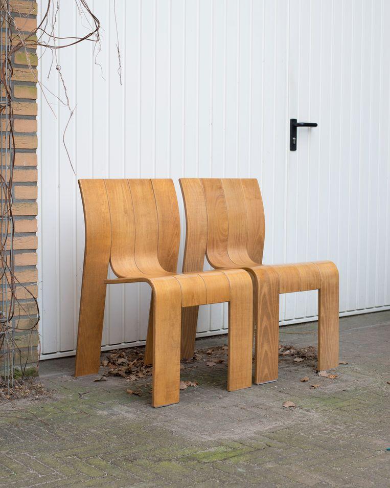 Stripstoelen van ontwerper Gijs Bakker, die Sander kocht op Marktplatas. Beeld Annabel Miedema