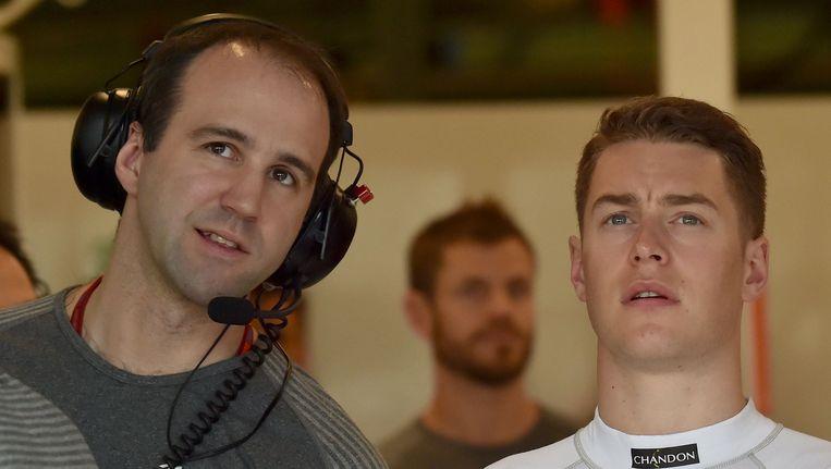 Stoffel Vandoorne kijkt samen met een technicus aandachtig naar de monitor in de garage van McLaren.