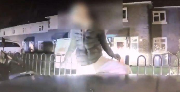 Le voleur s'est retrouvé coincé entre le pare-chocs de la voiture et une barrière.
