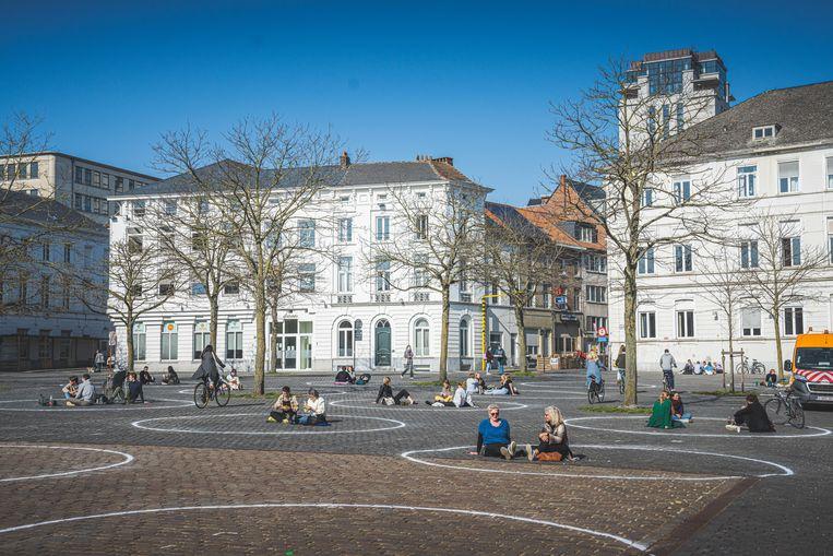 Stad Gent zette al cirkels op het Sint-Pietersplein zodat studenten per bubbel zouden gaan zitten. Beeld Wannes Nimmegeers
