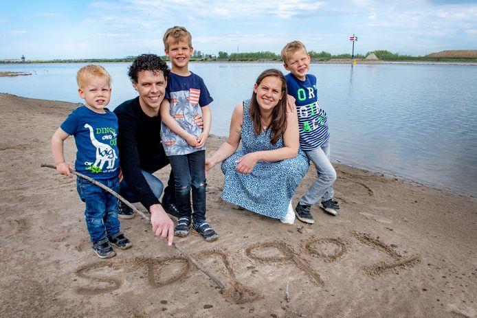 Daisy en Erik met hun zonen Fabian (7), Ruben (5) en Menno (2).