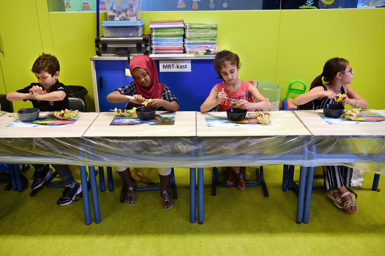 Zomerschool in de vakantiemaanden op basisschool de Vlashof in Tilburg.  's Ochtends krijgen de leerlingen rekenen en taal en 's middags praktijklessen. Beeld Marcel van den Bergh / de Volkskrant