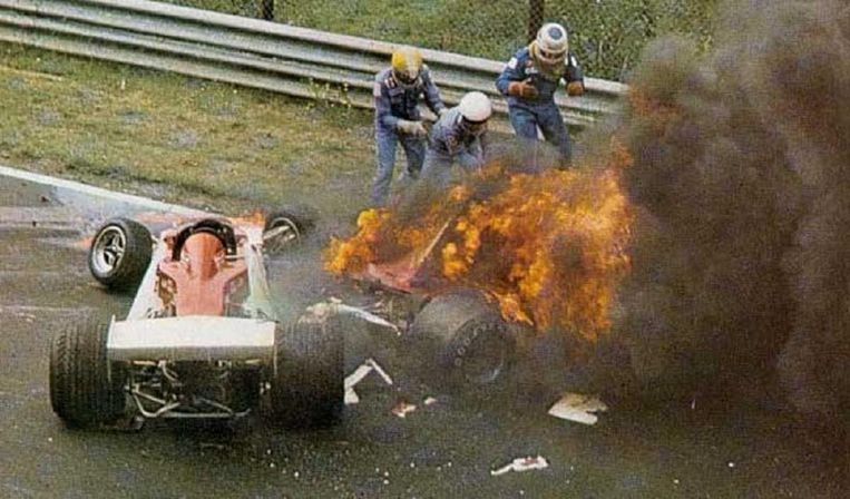 De vuurzee die ontstond na zijn crash in 1976. Beeld
