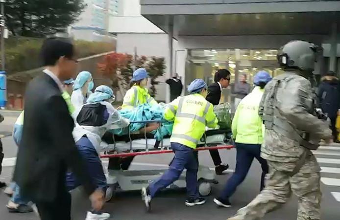 Maandag werd de soldaat het ziekenhuis binnen gereden.