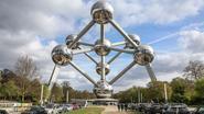 Surrealisme van Magritte neemt een jaar het Atomium over