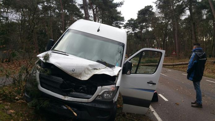 Een getroffen taxibusje op de Eerselsedijk in Bergeijk.