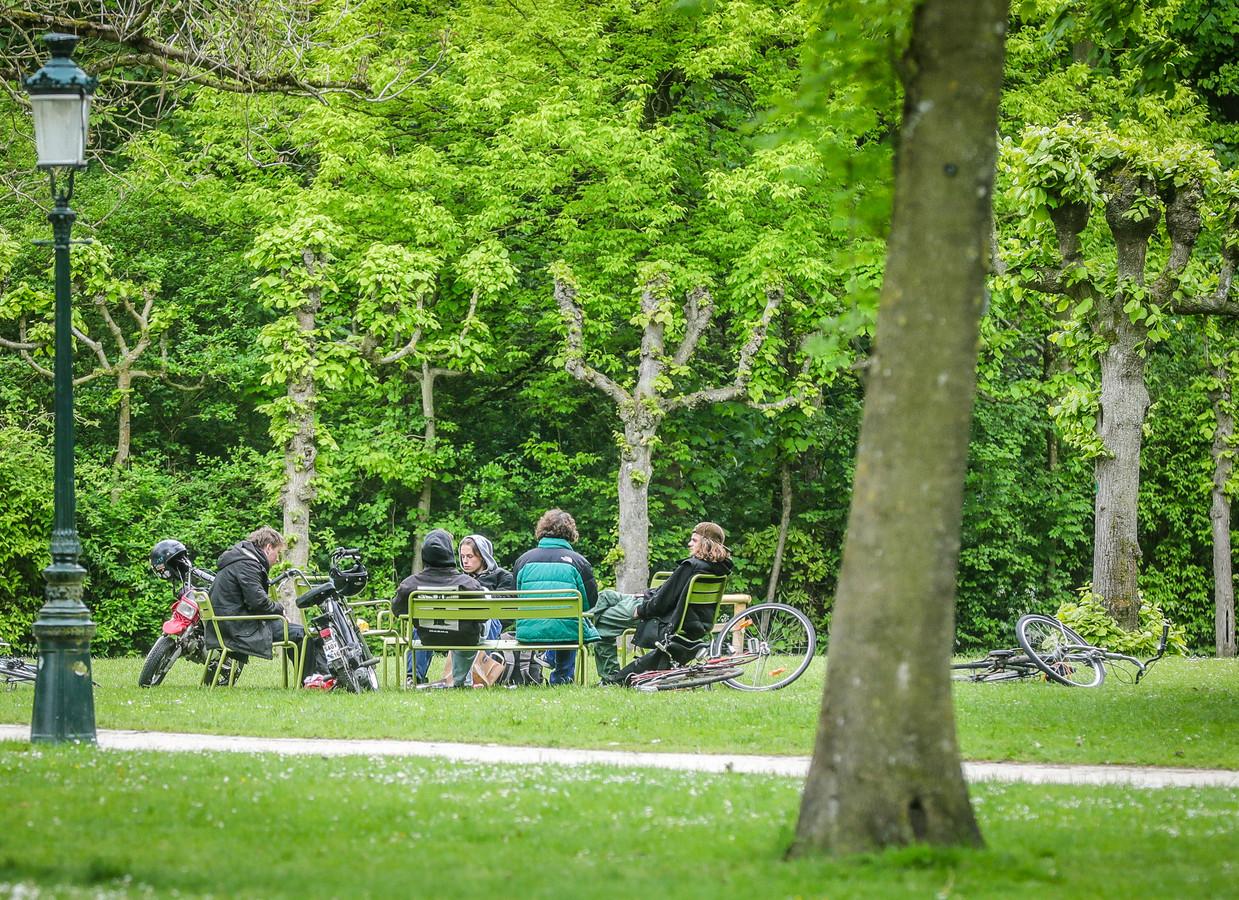Bewoners van het Colletijnenhof klagen over overlast van jongeren in het Minnewaterpark