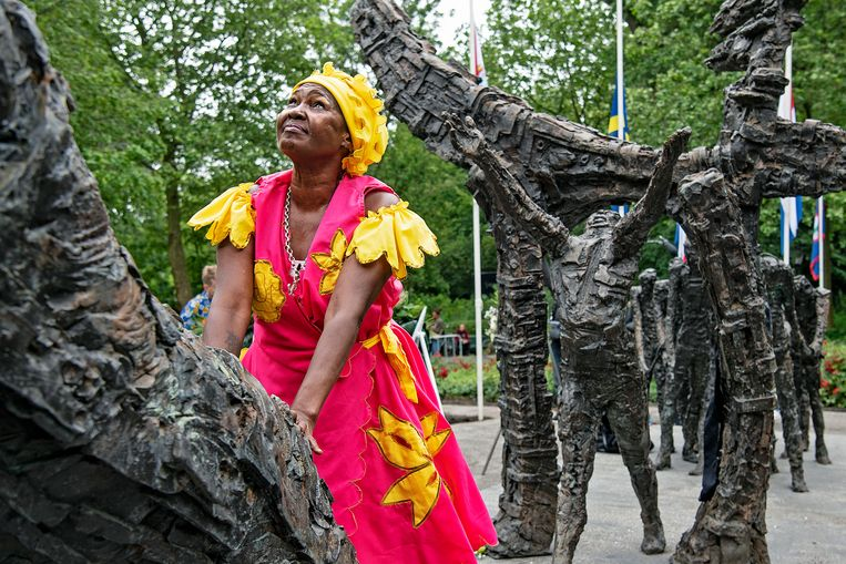 Viering van Keti Koti bij het Nationaal Monument Slavernijverleden in het Oosterpark in Amsterdam op 1 juli.  Beeld Guus Dubbelman / de Volkskrant