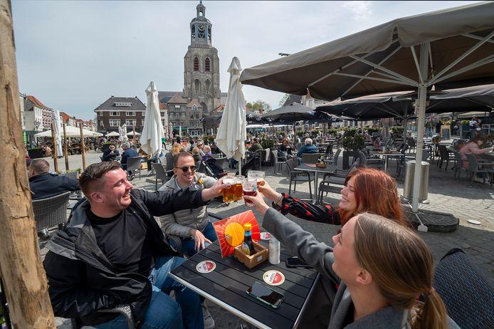 Proost! De Grote Markt van Bergen op Zoom stroomt al vroeg in de middag vol.