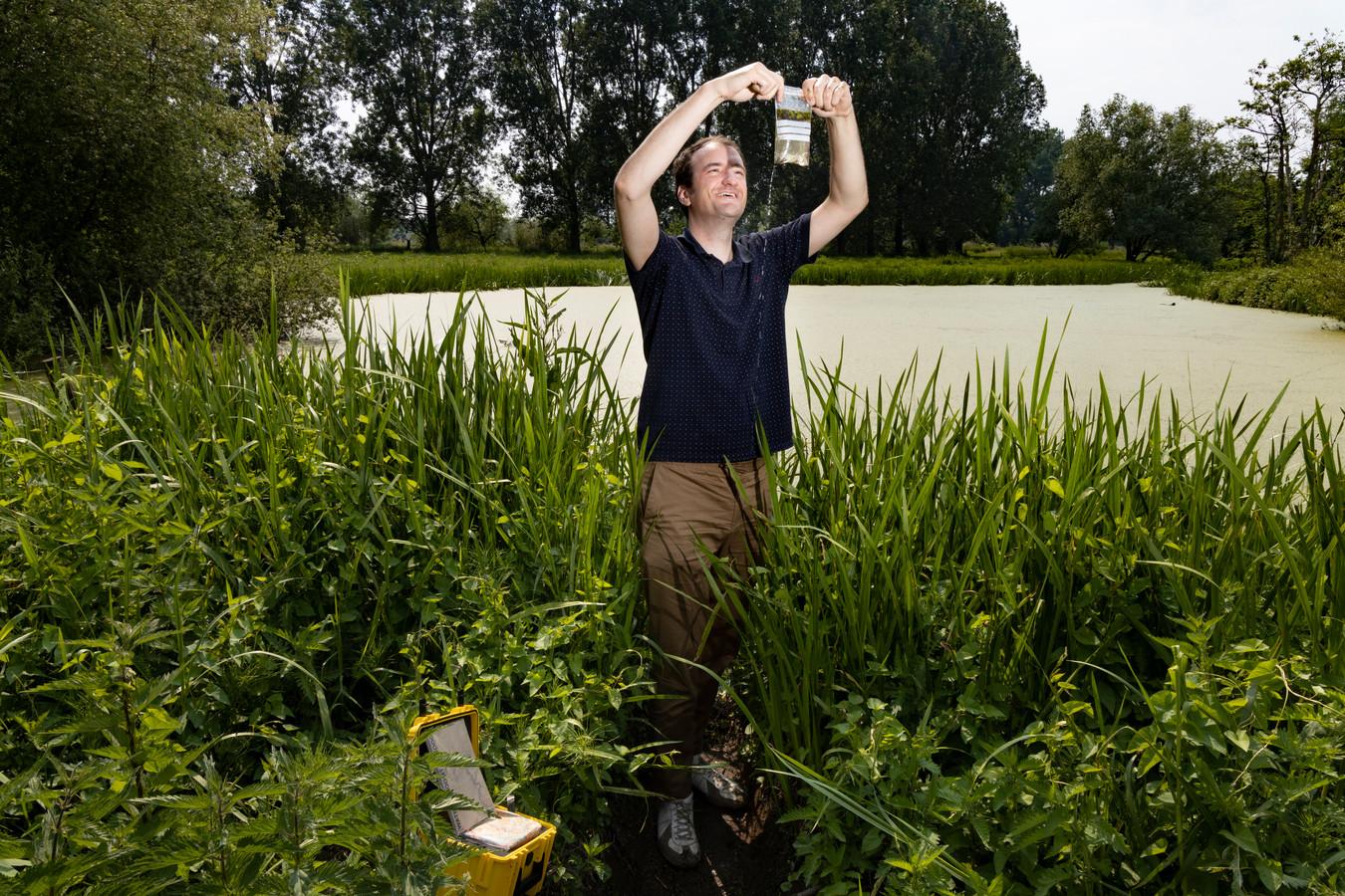 Op de plek waar hij vroeger schaatste schept Ron Buiting een zakje water met kikkerdril uit de Dommel.