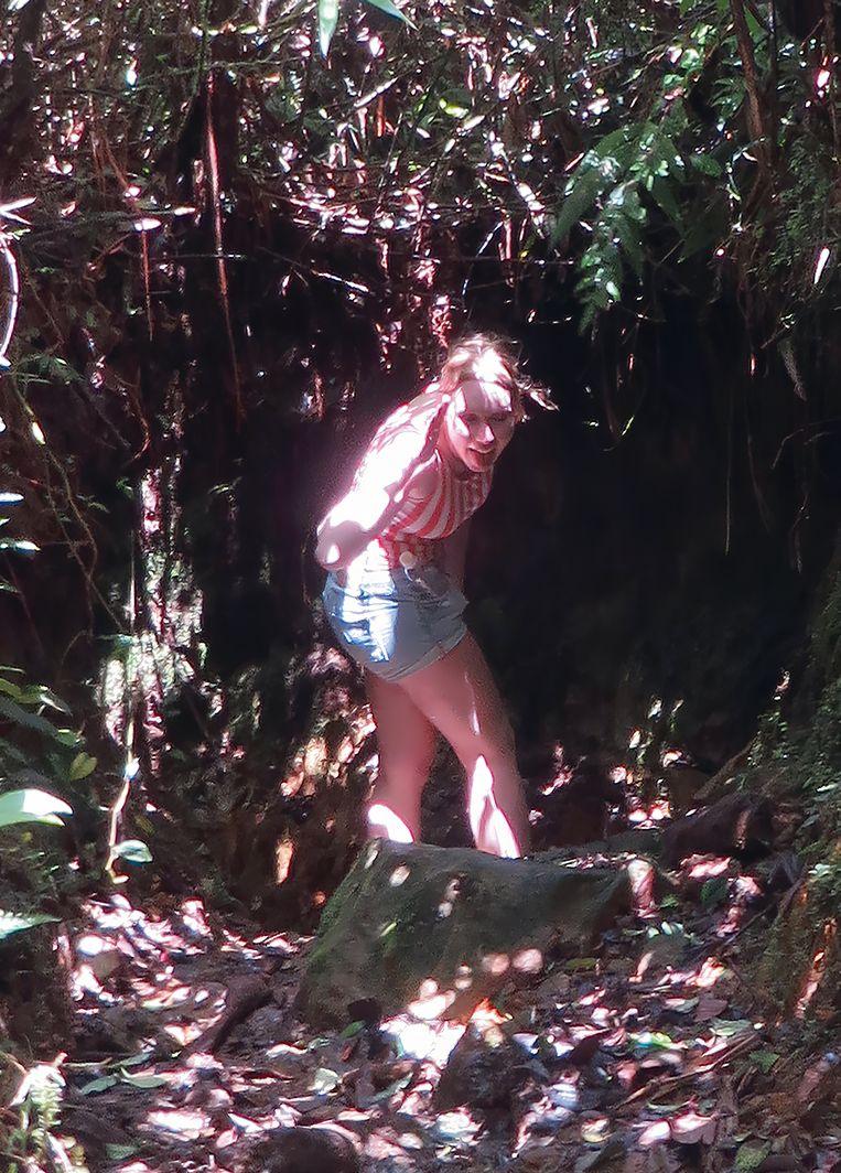 Kris in het bos, richting uitkijkpunt Mirador. Beeld Uit boek Verloren in de jungle