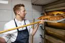 Patissier Niels van den Oetelaar begint met brood bakken.