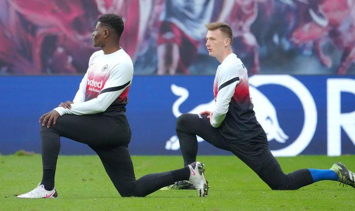 Markus Schubert (rechts) in de warming-up van Eintracht Frankfurt. Links Ragnar Ache.
