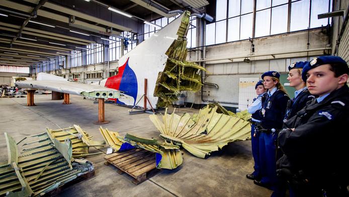 Wrakstukken van het toestel met vlucht MH17 liggen op vliegbasis Gilze-Rijen tijdens de bezichtiging voor nabestaanden van de slachtoffers van de ramp.