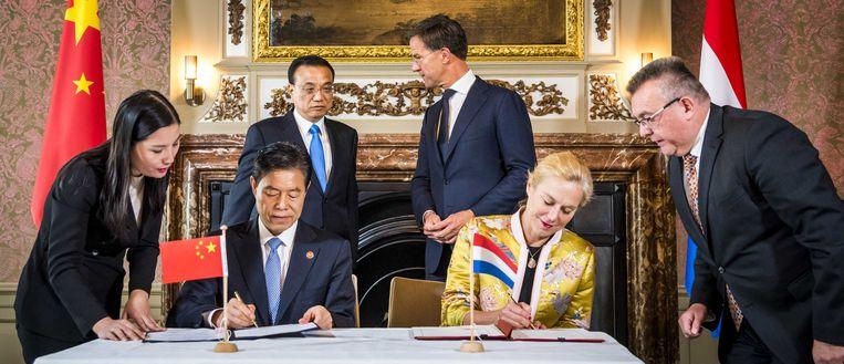 Premier Mark Rutte ontvangt premier Li Keqiang van de Volksrepubliek China. De premier brengt samen met zijn echtgenote mevrouw Cheng Hong en een aantal ministers van 14 tot en met 16 oktober een bezoek aan Nederland.  Beeld ANP