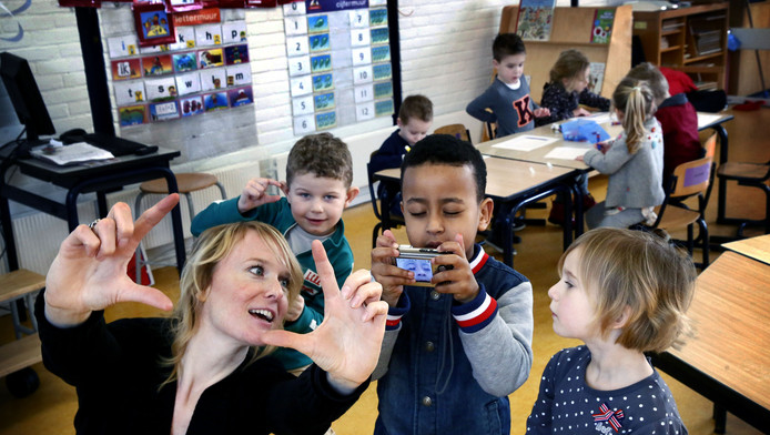 Leerlingen Hendrik van Brederodeschool in Ameide maken selfies, onder leiding van fotografe Else Loof.