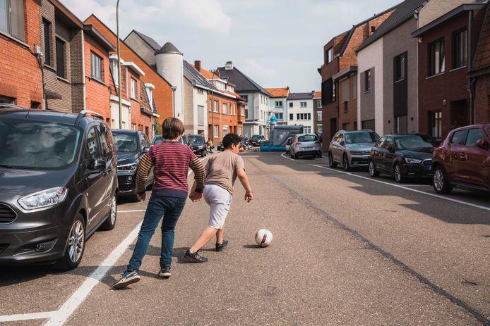In de speelstraat in Runkst werd alvast zorgeloos gevoetbald.