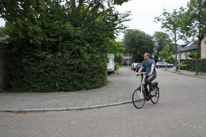 Hedwig Peijs uit Eindhoven is de dupe van diefstal van zijn e-bikes. Hier rijdt hij op een leenfiets