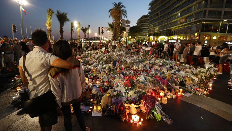 Mensen rouwen om de slachtoffers van de aanslag in Nice op 14 juli. Beeld AFP