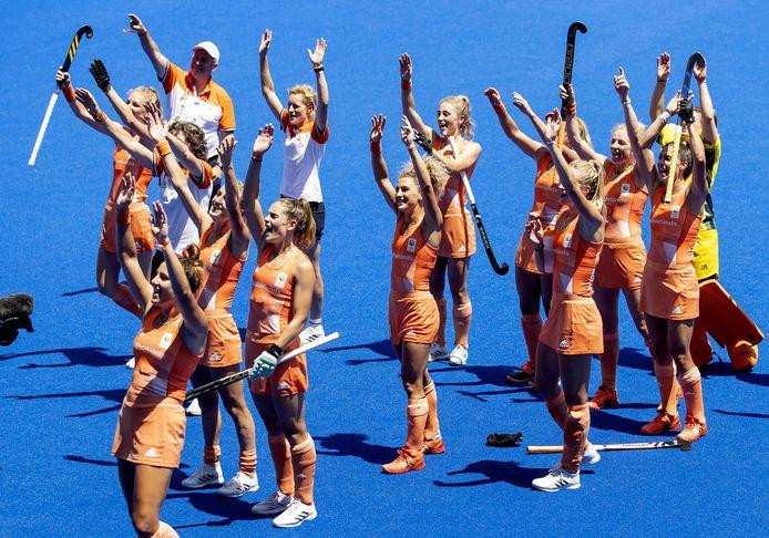 2021-08-04 13:10:50 TOKIO - De speelsters van Nederland vieren de 5-1 overwinning na afloop van de halve finale tegen Groot-Brittannie op het olympisch hockeytoernooi in het Oi Hockey stadion op de Olympische Spelen van Tokio. ANP KOEN VAN WEEL