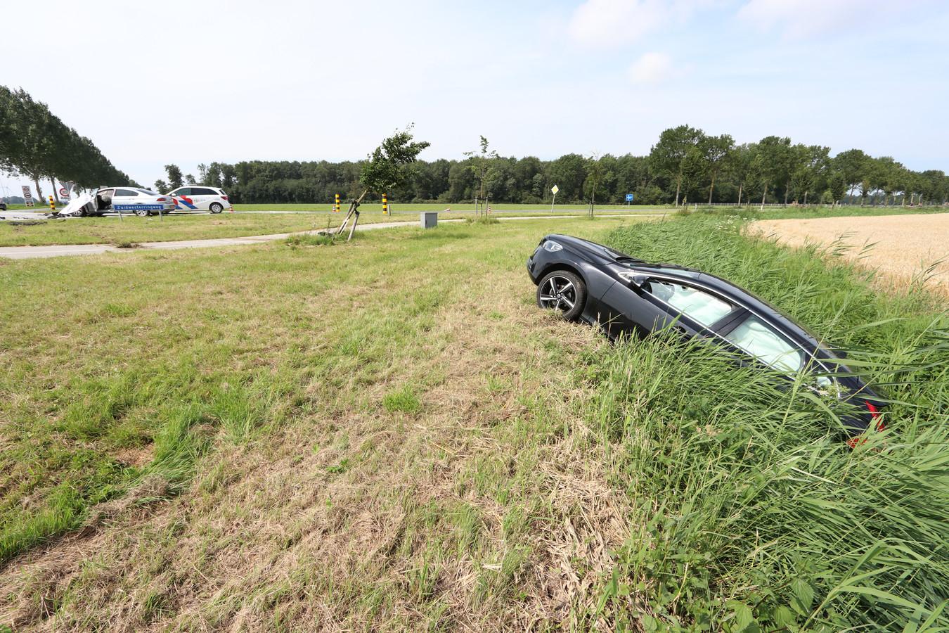 Twee auto's raakten elkaar hard bij Tollebeek. Twee mensen raakten gewond bij het ongeval.