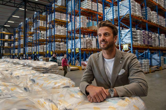 Lorenzo Bas, directeur van de Bas Group, in één van de distributiehallen aan de Parallelweg in Etten-Leur. Volgend jaar komt op het naastgelegen terrein een nieuw distributiecentrum dat met 26.000 vierkante meter nog groter is dan het huidige.