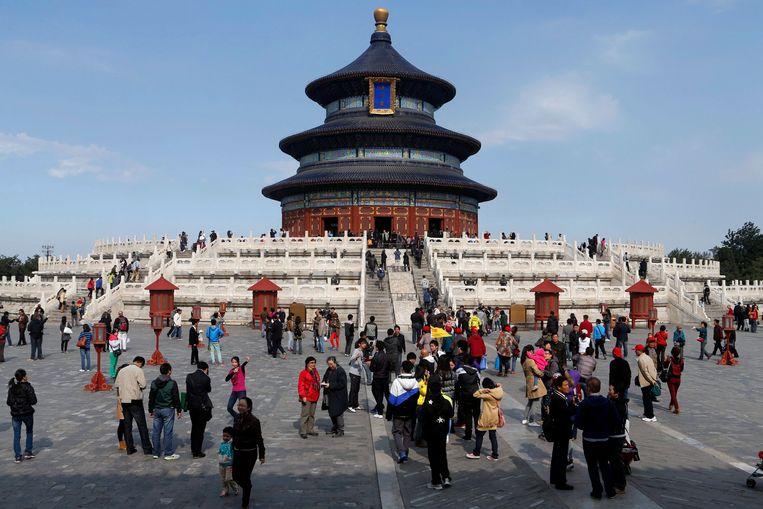 Toeristen bij de Tempel van de Hemel in Peking. Beeld EPA