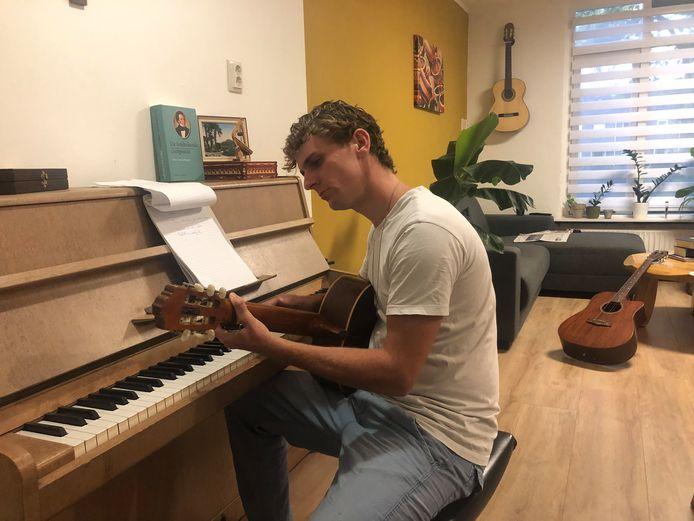 """Componist Chiel Nugter thuis aan het werk. ,,Stiekem droom ik er ook van om eens zo'n carnavalskraker te schrijven. Die veelzijdigheid hoort bij mij, er zijn geen grenzen. Muziek is muziek."""""""