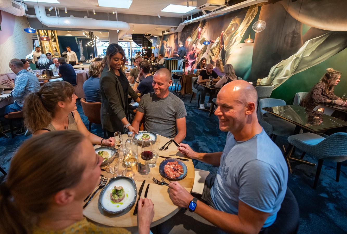 Rupika serveert een gerecht uit in Restaurant Oase in Breda.