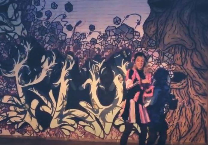 Dansjuf Katrien voor de graffiti-muur van de Klup tijdens haar dansje