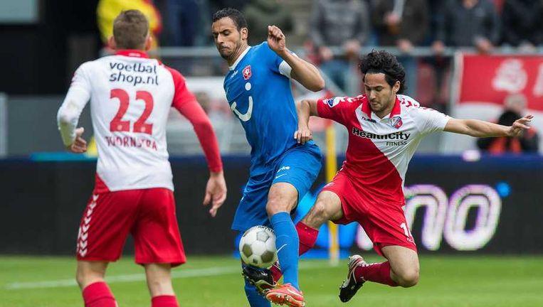 Nacer Chadli (m) in duel met Marc van de Maarel (r) en Jens Toornstra. Beeld anp