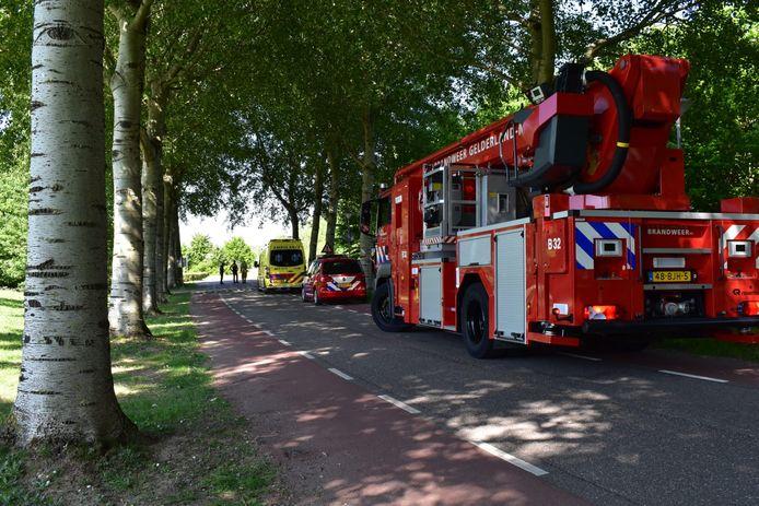 De hulpdiensten zijn massaal uitgerukt naar de telefoonmast waar een man is ingeklommen  in Bemmel.